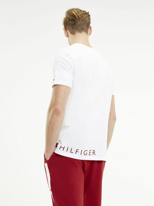Camiseta-con-Logo-envolvente