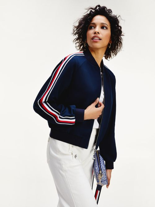 Chamarra-bomber-Tommy-Icons-con-mangas-distintivas-Tommy-Hilfiger