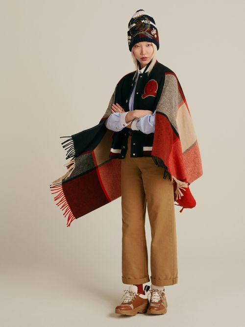 chamarra-estilo-capa-con-escudo-bordado-Tommy-Hilfiger