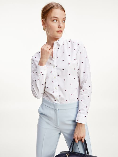 Camisa-ajustada-con-bordado-de-logos-Tommy-Hilfiger