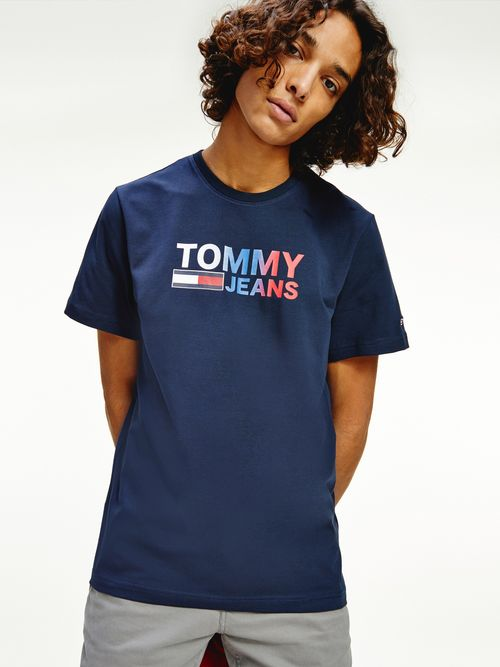 Playera-de-algodon-organico-con-logo-degrade-Tommy-Hilfiger