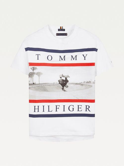 Playera-con-fotografia-estampada-Tommy-Hilfiger