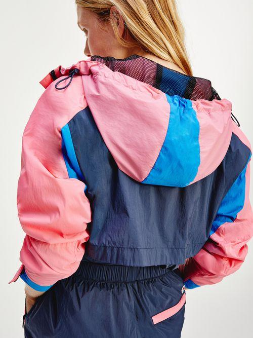 Cortavientos-con-capucha-y-diseño-color-block-Tommy-Hilfiger